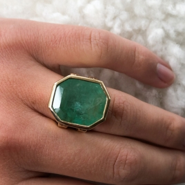 AUGUSTINE Emerald Gold Ring detailed