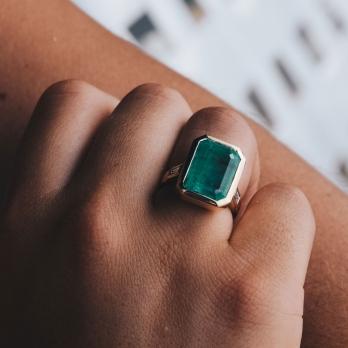 ANASTASIA Emerald & Diamond Gold Ring detailed