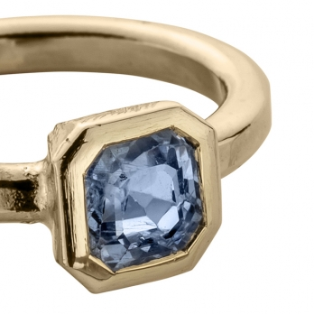ATABEIRA Gold Blue Sapphire Ring detailed
