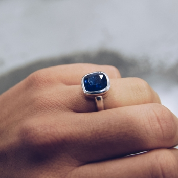 NILIMA Silver Blue Sapphire Ring detailed