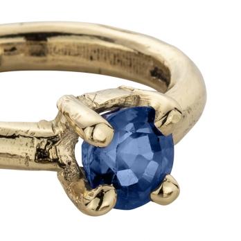 CAERULA MAR Blue Sapphire Gold Claw Ring detailed
