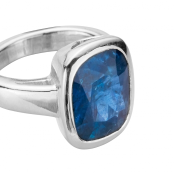 NILIMA Silver Sapphire Ring detailed