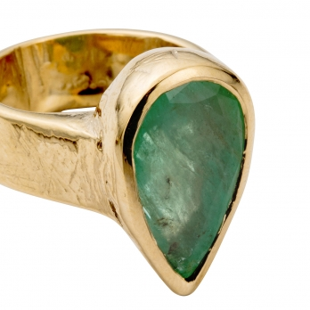 OLWEN Emerald Gold Ring detailed