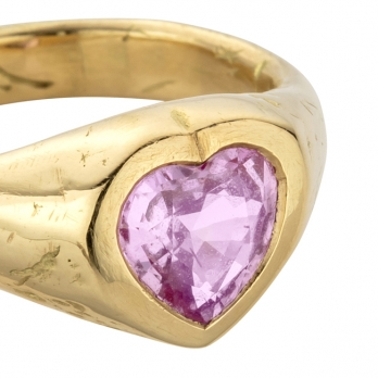 PETIT AMOUR Gold Pink Sapphire Heart Ring  detailed